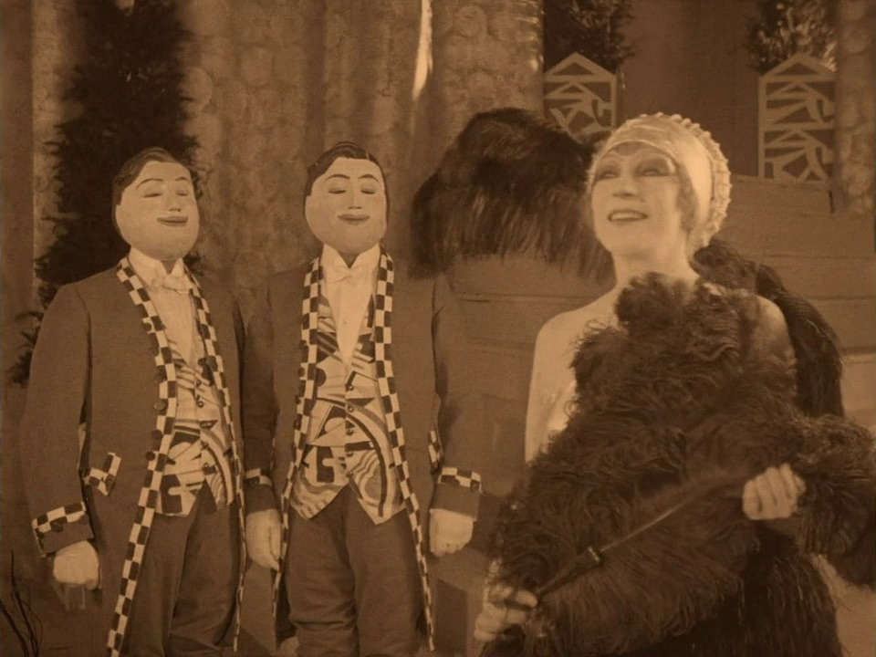 Claire Lescot with smiling servants. L'Inhumaine directed by Marcel L'Herbier.