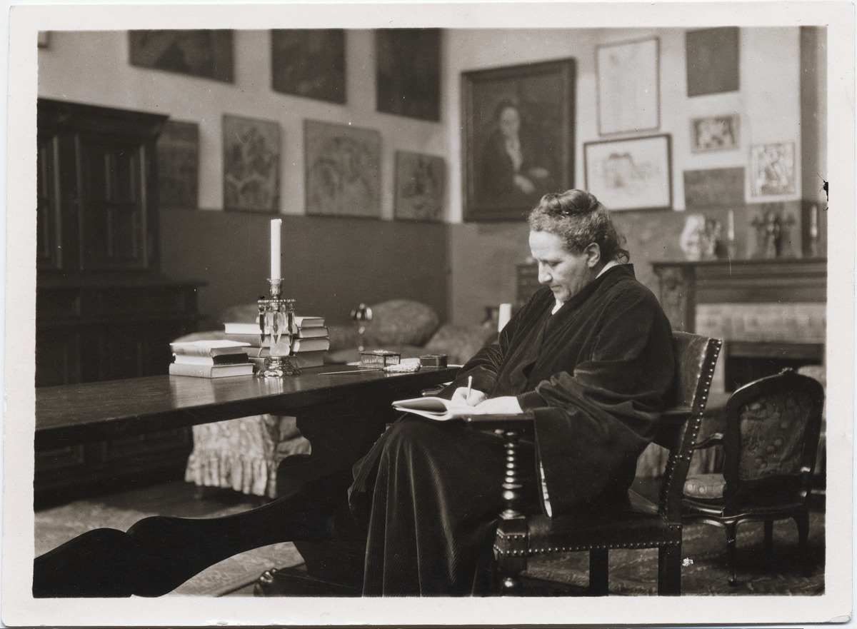 Gertrude Stein in her salon, 1910
