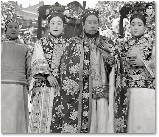 Detail of Yu sisters flanking Empress Dowager Cixi.
